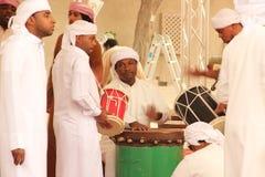 Ballare degli uomini di Emirati Immagini Stock