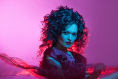 Ballare del fatale di Femme, ritratto in studio con colore di tonalità, blu e rosso luminoso fotografia stock