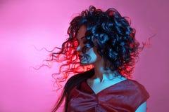 Ballare del fatale di Femme, ritratto in studio con colore di tonalità, blu e rosso luminoso fotografia stock libera da diritti