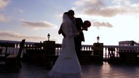 Ballare delle persone appena sposate stock footage
