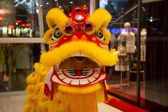 Ballare di leone cinese del nuovo anno in costume giallo con la bocca aperta fotografia stock libera da diritti