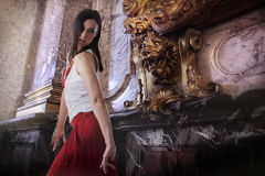 Ballare di modello femminile alla moda all'interno, interno barrocco di stile Immagine Stock