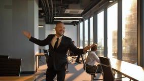 Ballare divertente del giovane uomo d'affari bello attraente stock footage