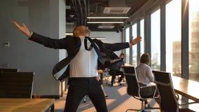 Ballare divertente del giovane uomo d'affari video d archivio