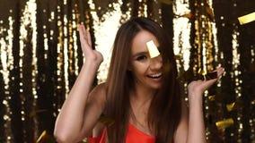 Ballare felice della donna, celebrante festa al partito stock footage