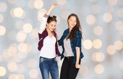 Ballare grazioso sorridente felice degli adolescenti Immagine Stock