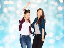 Ballare grazioso sorridente felice degli adolescenti Fotografie Stock Libere da Diritti