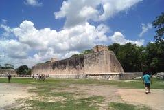 Ballcourt在Kukulcan,奇琴伊察,墨西哥 免版税库存照片