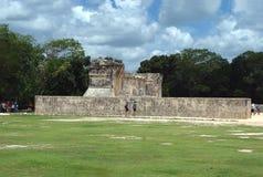 Ballcourt在Kukulcan,奇琴伊察,墨西哥 免版税库存图片