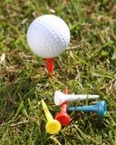 Balle de golf avec des tés sur l'herbe Images libres de droits