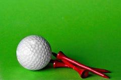 Balle de golf avec la pièce en t photos libres de droits