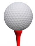 Balle de golf et té rouge Images stock