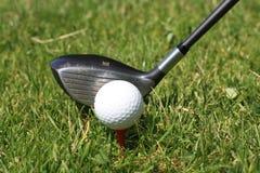 Balle de golf sur le té et le golfclub photographie stock libre de droits