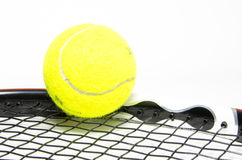 Balle de tennis avec la raquette Images libres de droits