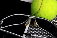 Balle de tennis créative d'ensemble, tablette et lunettes de soleil noires, plan rapproché, sur le fond en métal Photo stock