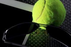 Balle de tennis créative d'ensemble, tablette et lunettes de soleil noires, plan rapproché, sur le fond en métal Image stock