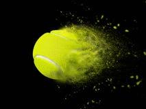 Balle de tennis d'isolement avec l'effet de puissance de vitesse photographie stock libre de droits