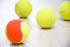 Balle de tennis de palette sur le bois Image stock