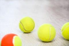 Balle de tennis de palette sur le bois Images libres de droits