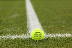 Balle de tennis de Slazenger Wimbledon sur le court de tennis d'herbe Image stock