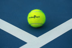 Balle de tennis de Wilson avec le logo d'open d'Australie sur le court de tennis Images stock