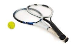Balle de tennis et raquettes sur le fond blanc Images libres de droits