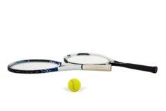 Balle de tennis et raquettes sur le fond blanc Image libre de droits