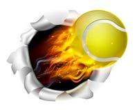 Balle de tennis flamboyante déchirant un trou à l'arrière-plan Image libre de droits