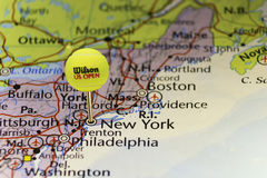2016 Balle de tennis officielle d'US Open comme goupille sur la carte des Etats-Unis, goupillée sur New York Photographie stock libre de droits