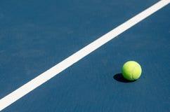 Balle de tennis par la ligne Photographie stock libre de droits