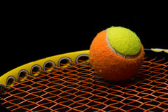 Balle de tennis pour des enfants avec la raquette de tennis Photos libres de droits