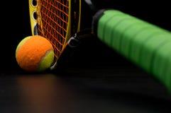 Balle de tennis pour des enfants avec la raquette de tennis Images libres de droits