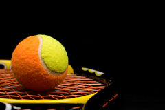 Balle de tennis pour des enfants avec la raquette de tennis Photographie stock