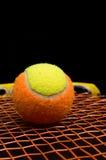 Balle de tennis pour des enfants avec la raquette de tennis Photos stock