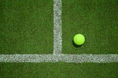 Balle de tennis près de la ligne sur la cour d'herbe de tennis de la vue supérieure G Image stock