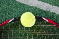 Balle de tennis sur la raquette Photo stock