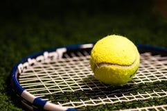 Balle de tennis sur la raquette images stock