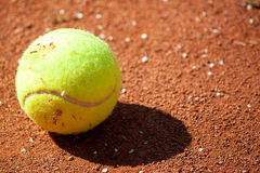 Balle de tennis sur le court de tennis Photographie stock