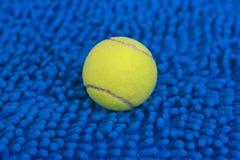 Balle de tennis sur le tapis bleu Image libre de droits