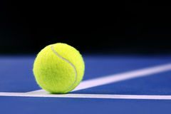 Balle de tennis sur un court de tennis Photos stock