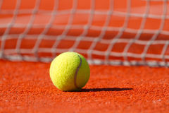 Balle de tennis sur une cour Images stock
