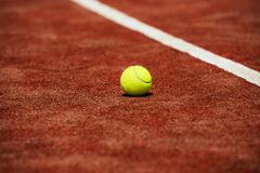 Balle de tennis sur une pose de court de tennis Photo stock