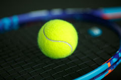 Balle de tennis sur une raquette Photo libre de droits