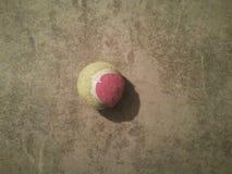 Balle de tennis sur une surface plane images stock