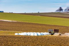 Balle della paglia disposte sul campo in campagna Paesaggio di grandi campo e prato Agricoltura e raccolto sulla campagna ceca Fotografia Stock Libera da Diritti