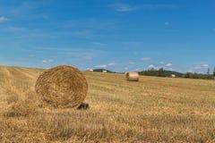 Balle della paglia sulla stoppia in repubblica Ceca Paesaggio agricolo, tempo di raccolto fotografia stock libera da diritti