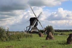 Balle di fieno e del mulino a vento a Kinderdijk, Olanda Fotografie Stock Libere da Diritti