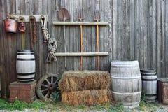 Balle et fourchette de baril dans la vieille grange photos libres de droits