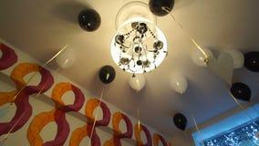 Ballen met helium onder het plafond stock footage