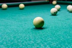 Ballen op de groene doek Russisch biljart stock afbeeldingen